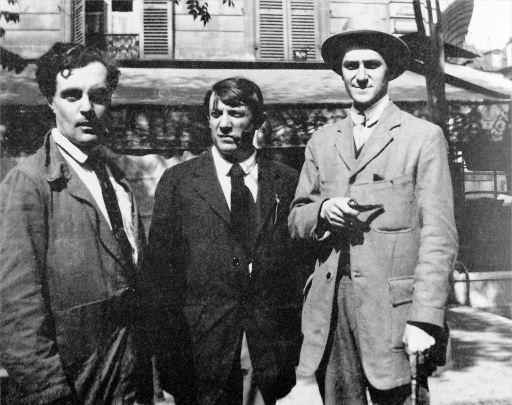 Modigliani, Picasso y André Salmon frente al Café de la Rotonde, París. Fotografía tomada por Jean Cocteau en Montparnasse, París, en 1916.