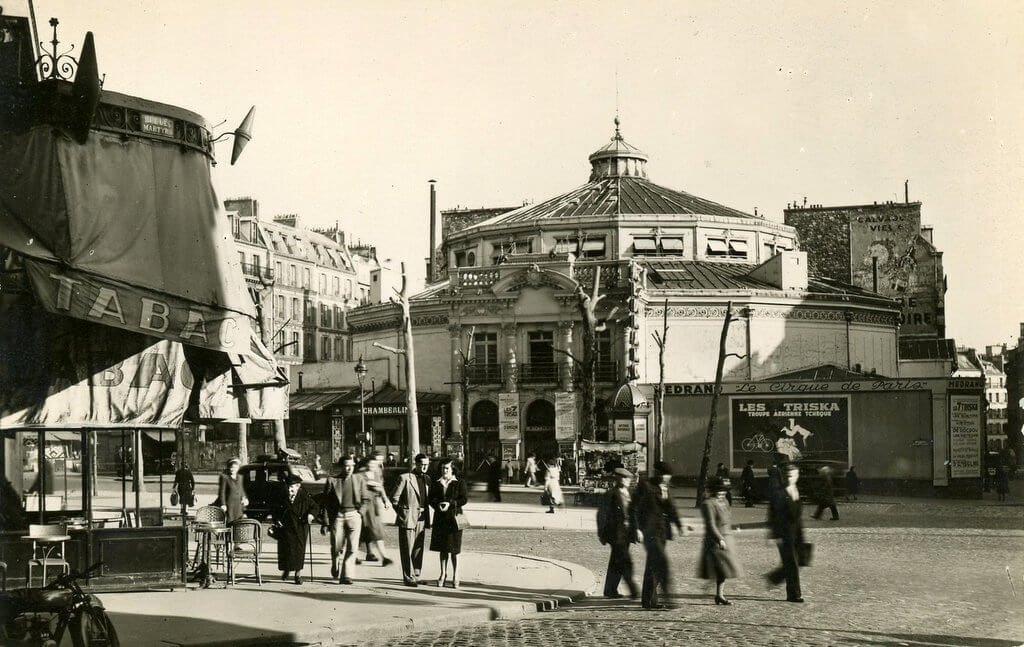 """Boulevard Rochechouart en Montmartre con el """"Circus Medrano"""" al fondo, 1897."""