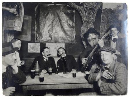 """Interior de """"Le Lapin agile"""" (Modigliani, Francis Casco, Paul Fort y Gaston Conté, escuchando al dueño, Père Frédé)."""