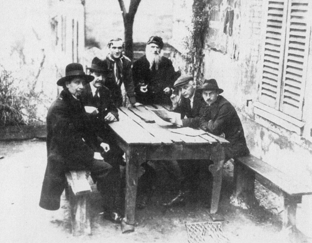 """Tertulia en el exterior del """"Lapin Agile"""". (Modigliani y otros personajes junto al Père Frédé)."""