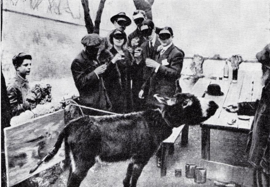 Un grupo de artistas enmascarados, junto al misterioso Boronali (el burro).