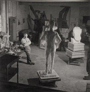 Picasso con su escultura El hombre del cordero.Rue des Grands Augustins, París, 1944.