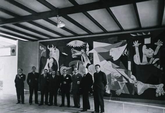 Cuadro Guernica de Picasso, Vista del pabellón de la República Española en la Exposición Internacional de París.