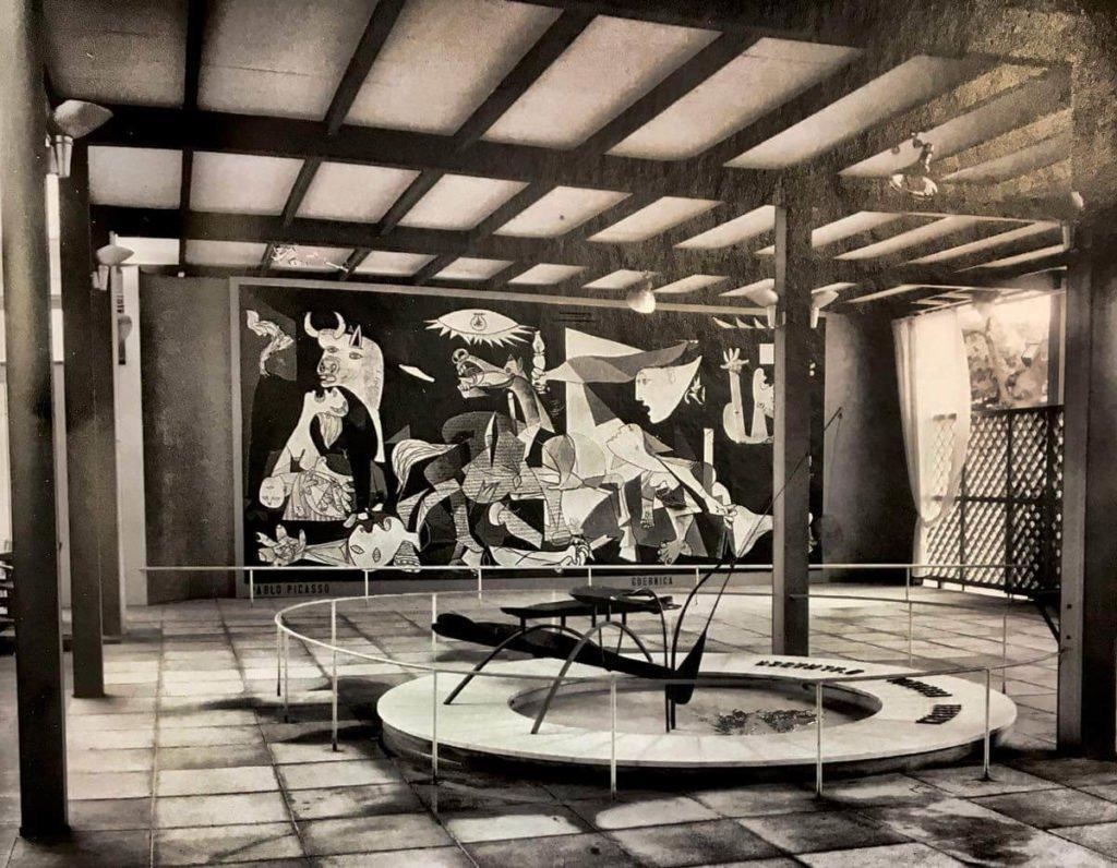 Cuadro Guernica de Picasso, Vista del pabellón de la República Española en la Exposición Internacional de París con el Guernica al fondo y la Fuente de mercurio de Alexander Calder, en primer término.