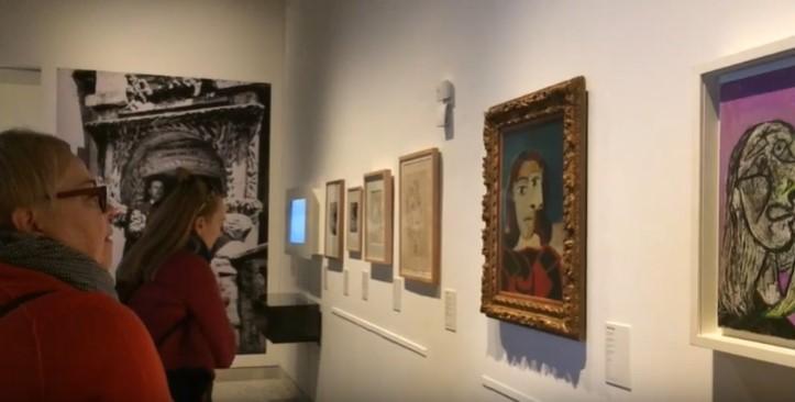 Museo Picasso Barcelona observando cuados