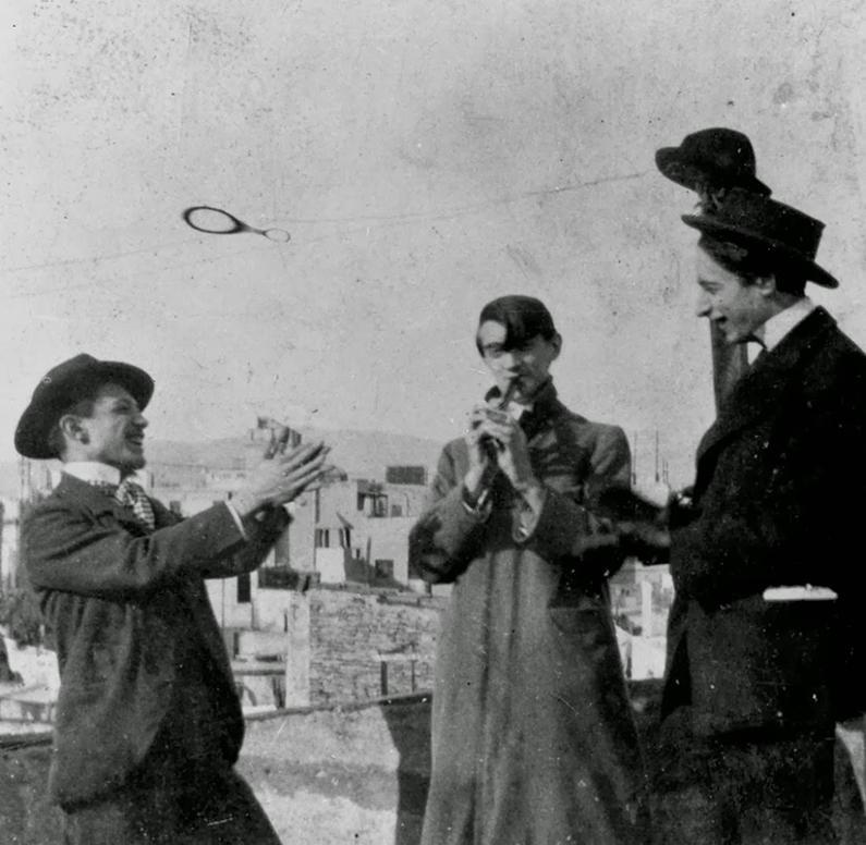 De izquierda a derecha: Picasso, Ángel Fernández de Soto y Casagemas, París, 17 febrero 1901.
